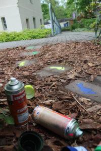 Outdoor-Arbeit mit RIndenmulch, Steinweg und Graffitifarben