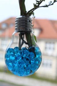eine ausgehölte Glühbirne mit Wasserperlen zum Aufhängen